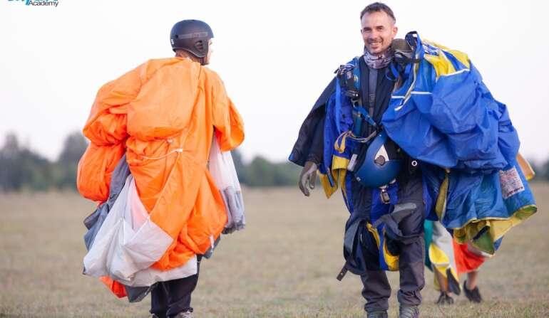 Стрибок з парашутом в Чернігові на Аеродромі Півці - Skydive Academy