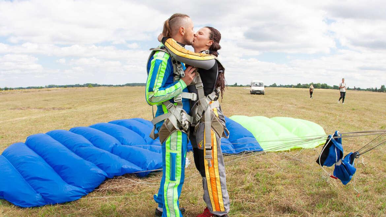 Стрибок з парашутом в Чернігові і Києві на Аеродромі ПІвці - Skydive Academy